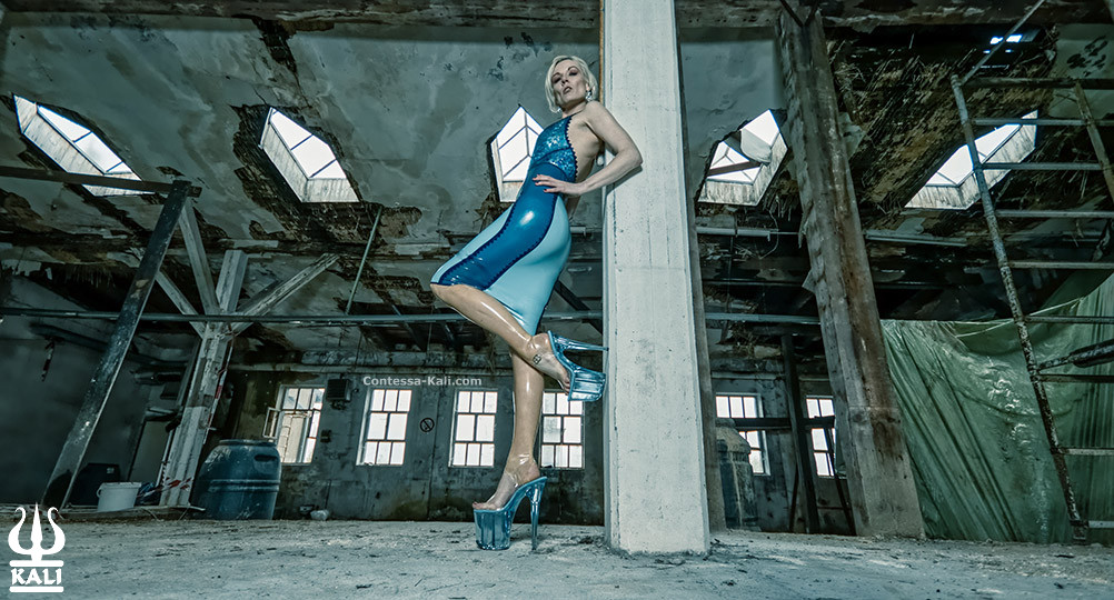 Contessa Kali in blauem Latex - P****o by Boeses Maedchen P****ographie